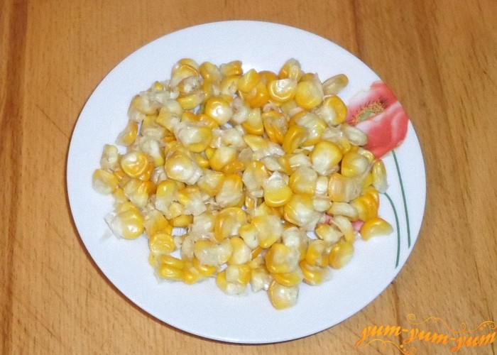 Кукурузу отварить и срезать зерна