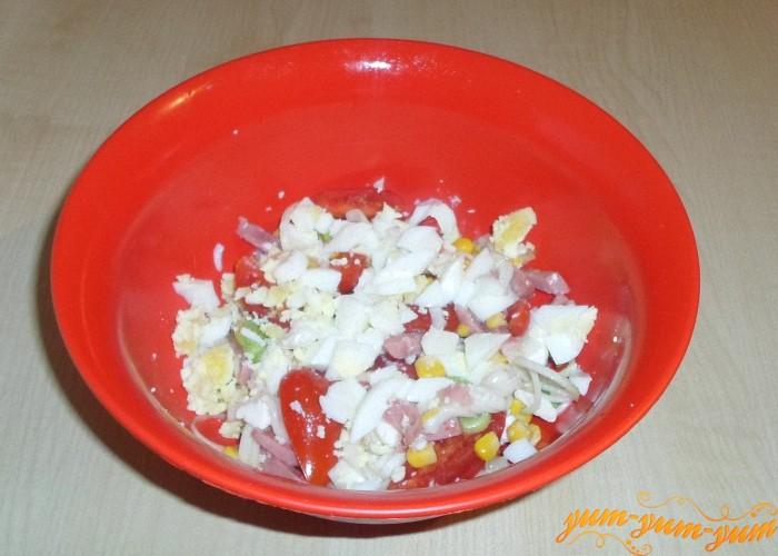 Макароны и яйца добавить к овощам и перемешать