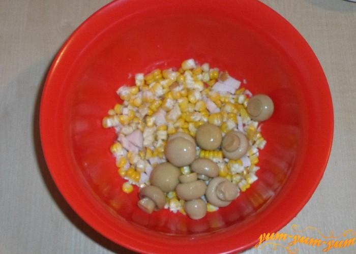 Мелкие маринованные шампиньоны добавить в салат
