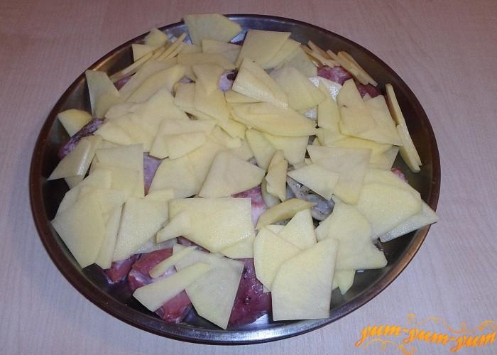 Накрыть мясо с овощами листом фольги и поставить в духовку
