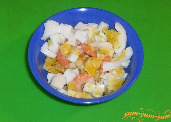Нарезать яйцо кубиками и добавить к креветкам и кукурузе