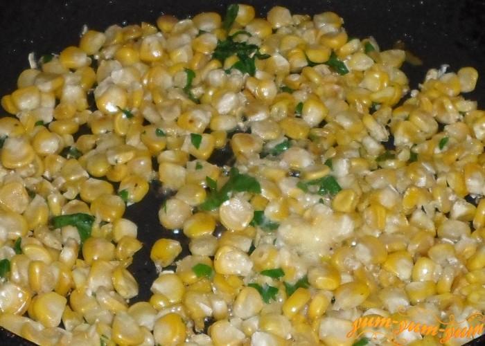 Обжарить кукурузные зерна на сливочном масле
