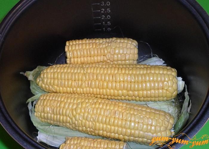 Очищенную кукурузу выложить поверх листьев и залить водой
