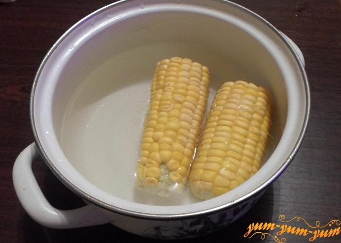 Опустить замороженную кукурузу в кипяток и сварить