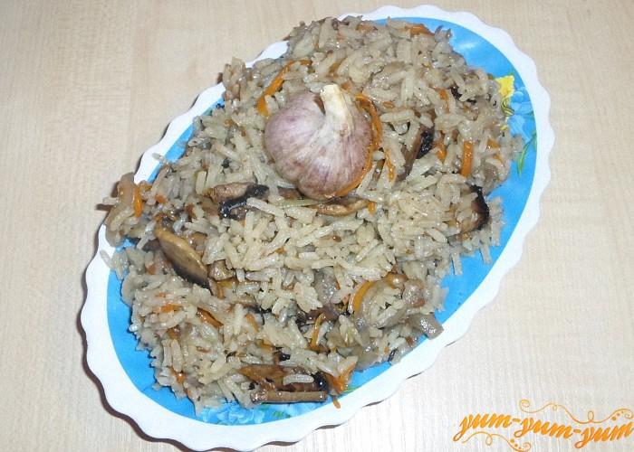 Плов с грибами подаем к столу