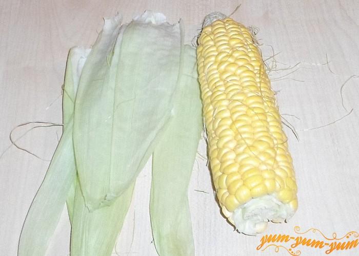Початки свежей кукурузы очистить от листьев и волосков