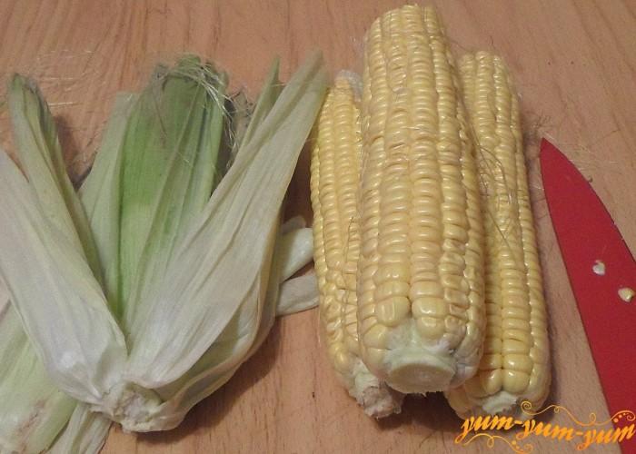 Почистить початки кукурузы от волосков и листьев