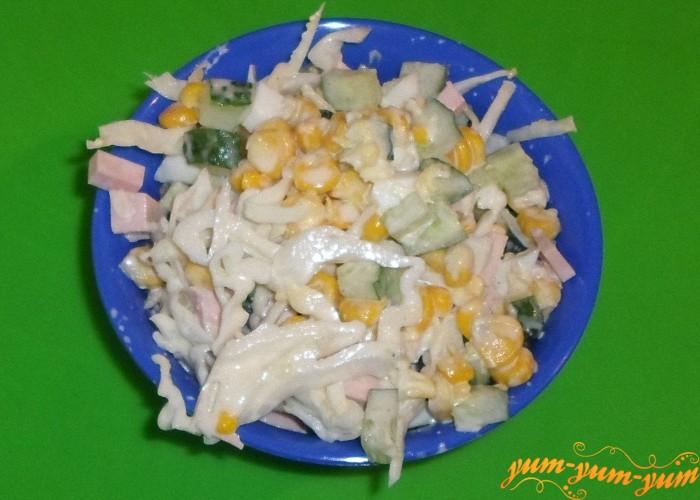 Подавать салат к столу сразу же после приготовления