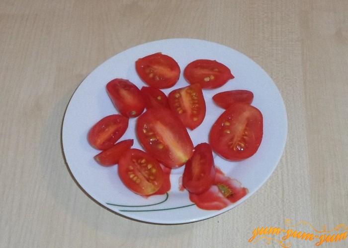 Помидоры помыть разрезать на две половинки и добавить в салат
