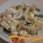 Приготовление салата с кукурузой фасолью и сухариками