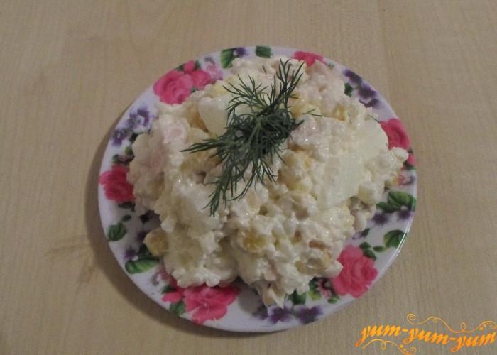 Рис с кукурузой и курицей заправить майонезом и подать к столу