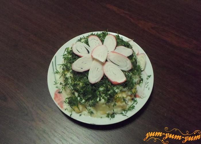 Салат из крабовых палочек, риса и кукурузы можно подавать к столу