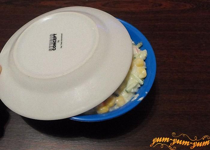 Салат из крабовых палочек яйца риса и кукурузы накрыть блюдцем