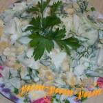 Салат с кальмарами и кукурузой подаем к столу