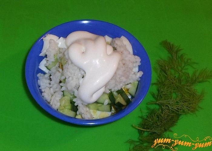 Салат с креветками рисом и кукурузой заправить майонезом