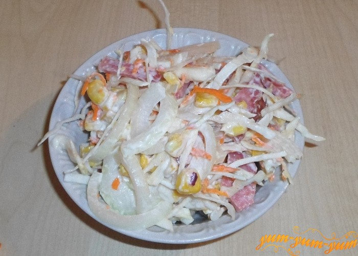 Салат с кукурузой, капустой и копченой колбасой украсить и подать к столу
