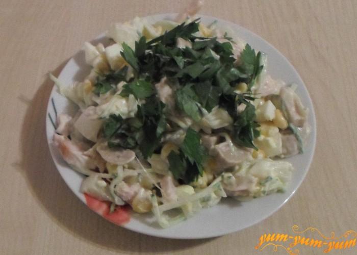 Салат с курицей, грибами и кукурузой заправить майонезом и подать к столу