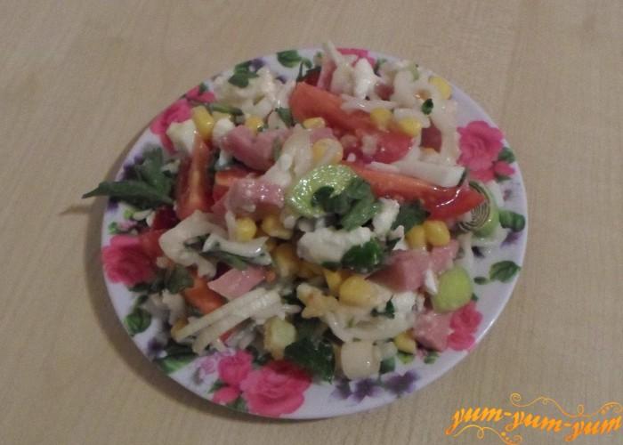 Салат с сыром и кукурузой заправить и подать к столу