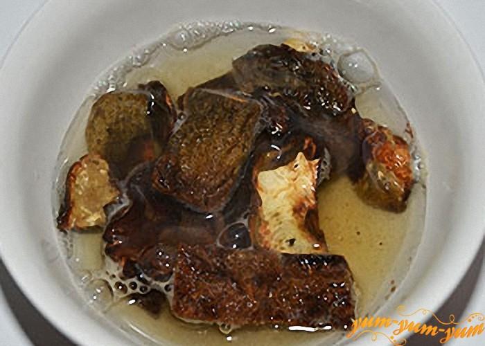 Сухие грибы замочить в горячей воде