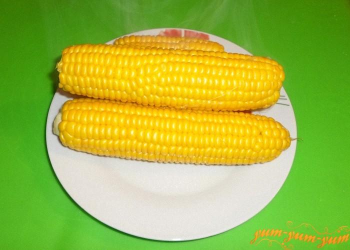 Сваренную в мультиварке кукурузу подаем к столу