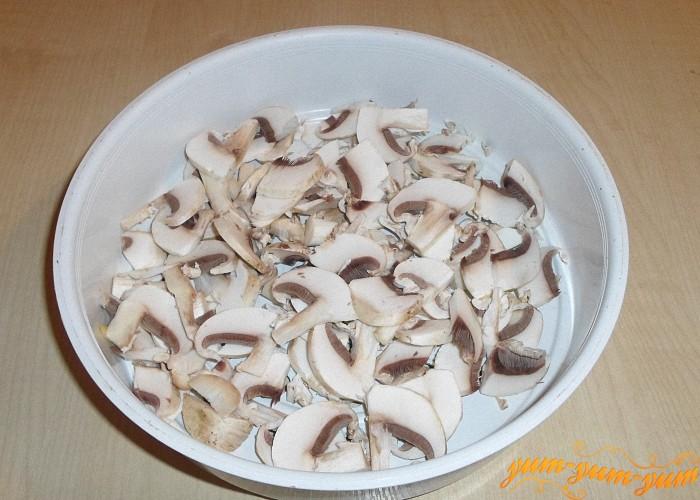 Свежие грибы шампиньоны нашинковать тонкими брусочками