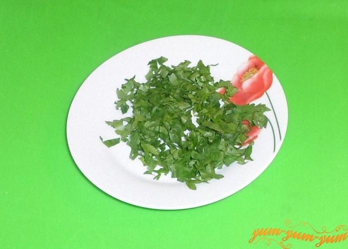 Свежую зелень нарезать и смешать с солью и душистым перцем