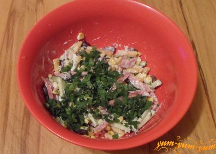 Свежую зелень укропа и петрушки нарезать и смешать с овощами