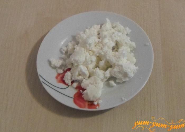 Сыр натереть на терке или покрошить руками