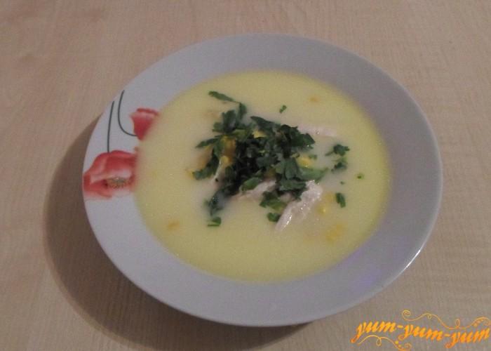Сырный суп с кукурузой подаем к столу