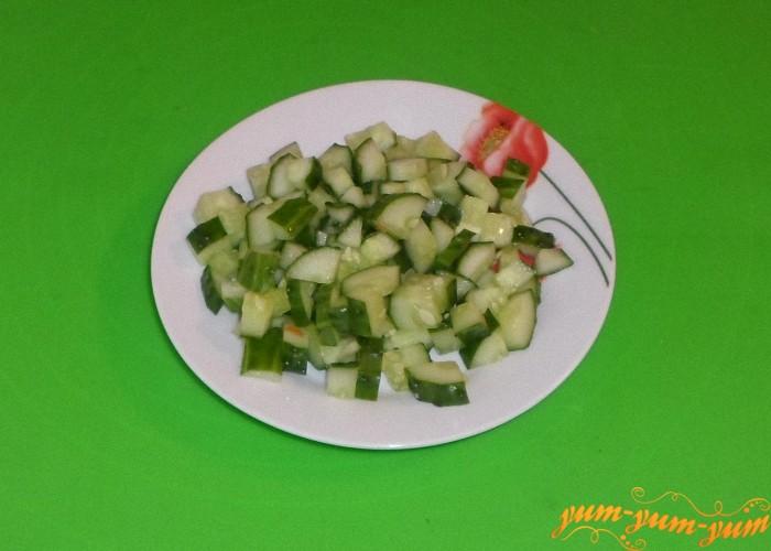 В салат с яйцом кукурузой и колбасой добавить свежий огурец