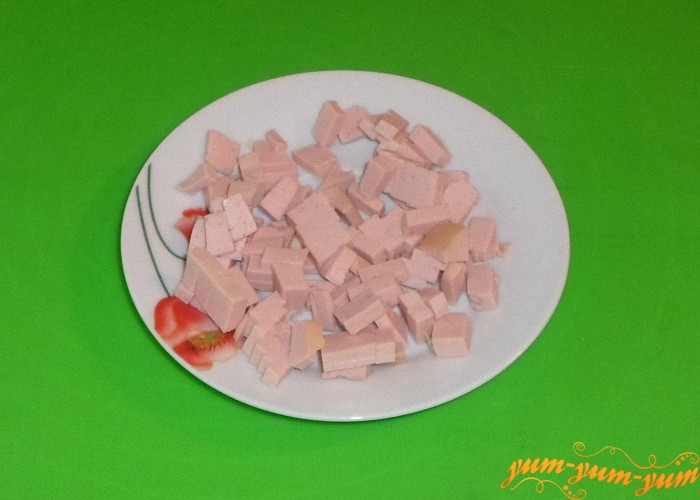 Вареную колбасу нарезать кубиками
