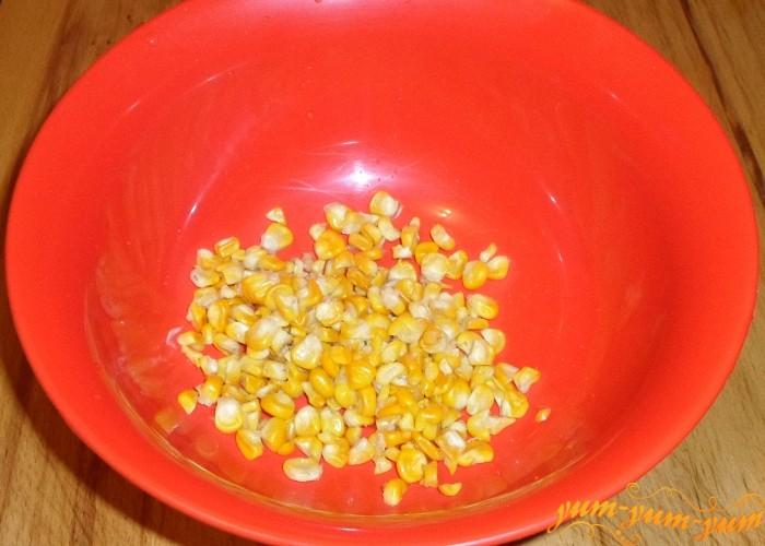 Вареные зерна кукурузы выложить на дно салатницы