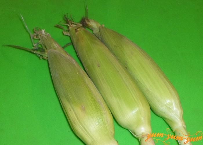 Выбирайте неочищенную кукурузу в листьях