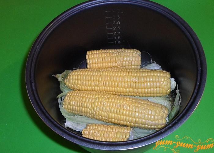 Выложить подготовленную кукурузу поверх листьев