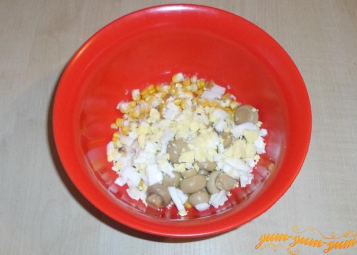 Яйца сварить и нарезать мелкими кубиками
