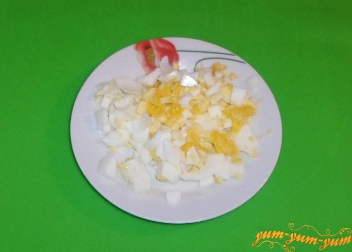Яйца сварить на среднем огне и порезать мелкими кубиками
