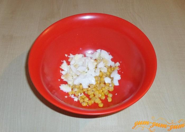 Яйцо сварить вкрутую и нарезать мелко