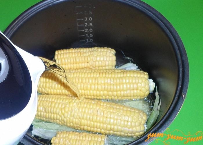 Залить кукурузу горячей водой чтобы все початки покрылись полностью