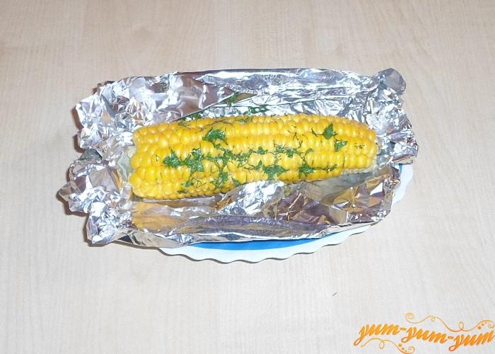 Запеченную кукурузу в фольге подаем к столу