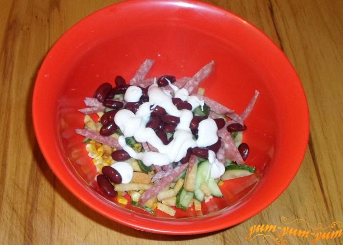 Заправить салат с кукурузой и копченой колбасой майонезом