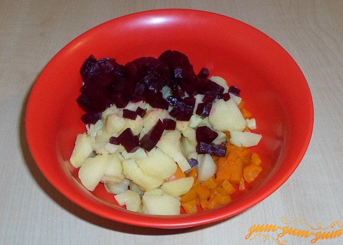 Готовые овощи охладить очистить и нарезать мелкими кубиками