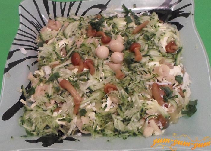 Грибной салат с копченой курицей и соленым огурцом подаем к столу