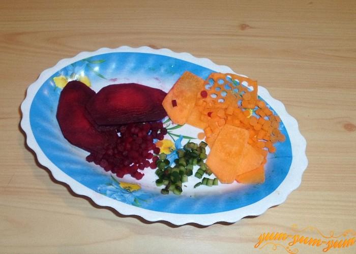 Из тонких колечек свеклы и моркови выдавить кружочки в форме конфетти