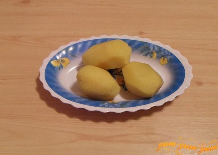Картофель сварить до готовности в мундире охладить и очистить