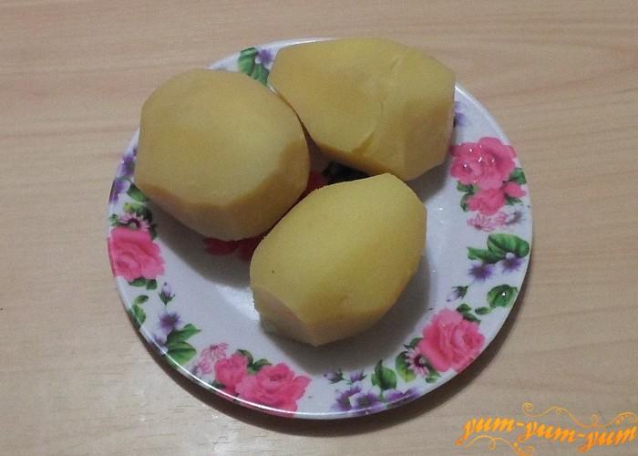 Картофель сварить в мундирах охладить и очистить