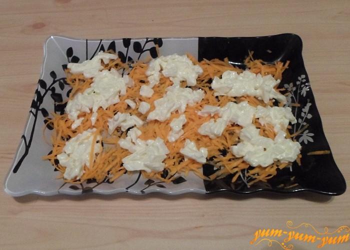 Лук нарезать смешать с майонезом и выложить поверх моркови