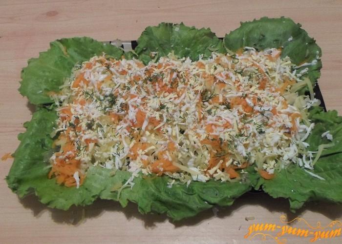 Немного свежего укропа нарезать мелко и посыпать сверху овощей