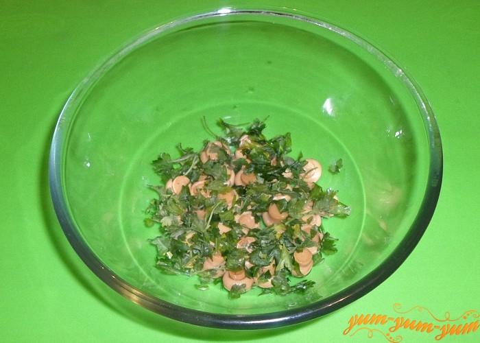 Посыпать зелень сверху грибов и слегка утрамбовать ложкой