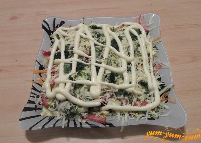 Промазать салат майонезом