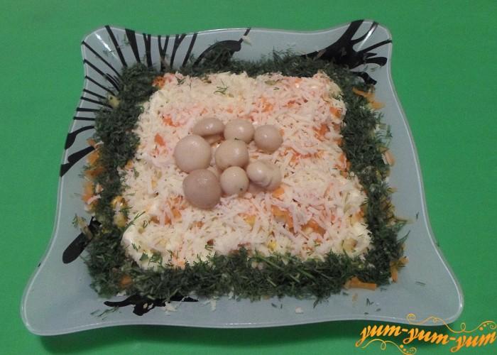 Салат из курицы с маринованными грибами подаем к столу
